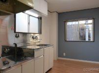 ブルーグレーのカラークロスがあるダイニングキッチン