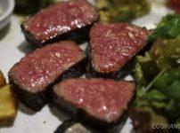 表面に適度に肉汁が出ている美味しそうな熟成炭火塊焼きの熟成肉