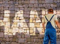 壁に「CHANGE」描かれ、それを描いている人物